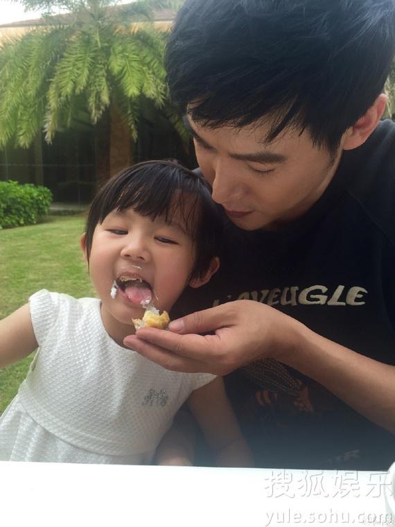 温馨亲子照_父爱满满!陆毅喂小女儿蛋糕 迷你贝呆萌可爱-侬好!上海-上海热线