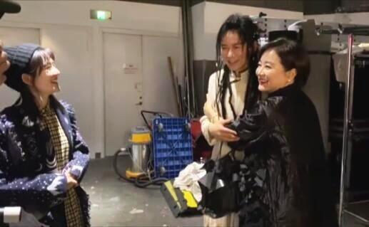 林青霞谢娜同框 与张杰拥抱祝贺演出成功
