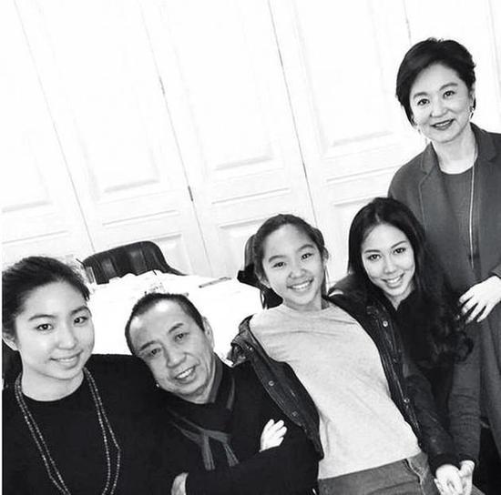 林青霞(63岁)跟邢李 (68岁)一家有3个女儿;大的是前妻张天爱所生,不过也是林青霞将她带大