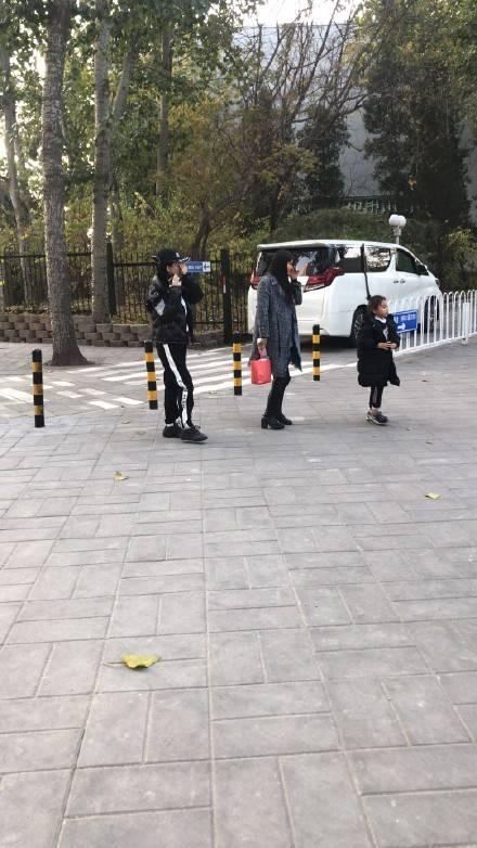 网友偶遇李小璐母女朝阳公园游玩 甜馨长高不少