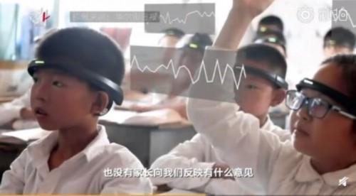 太可怕了!小学生戴头环走神 这哪里是学校,简直就是动物园!