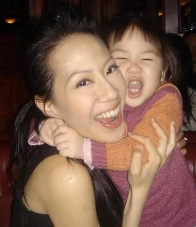 甄子丹为女儿庆生,母女同框亲吻似姐妹